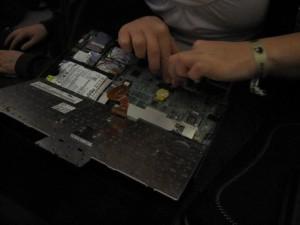 /me mit den Händen tief im Laptop